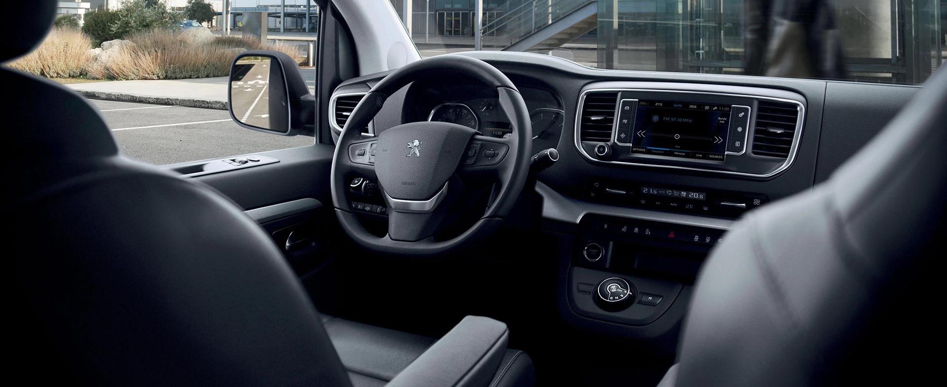 habitáculo do Peugeot Traveller
