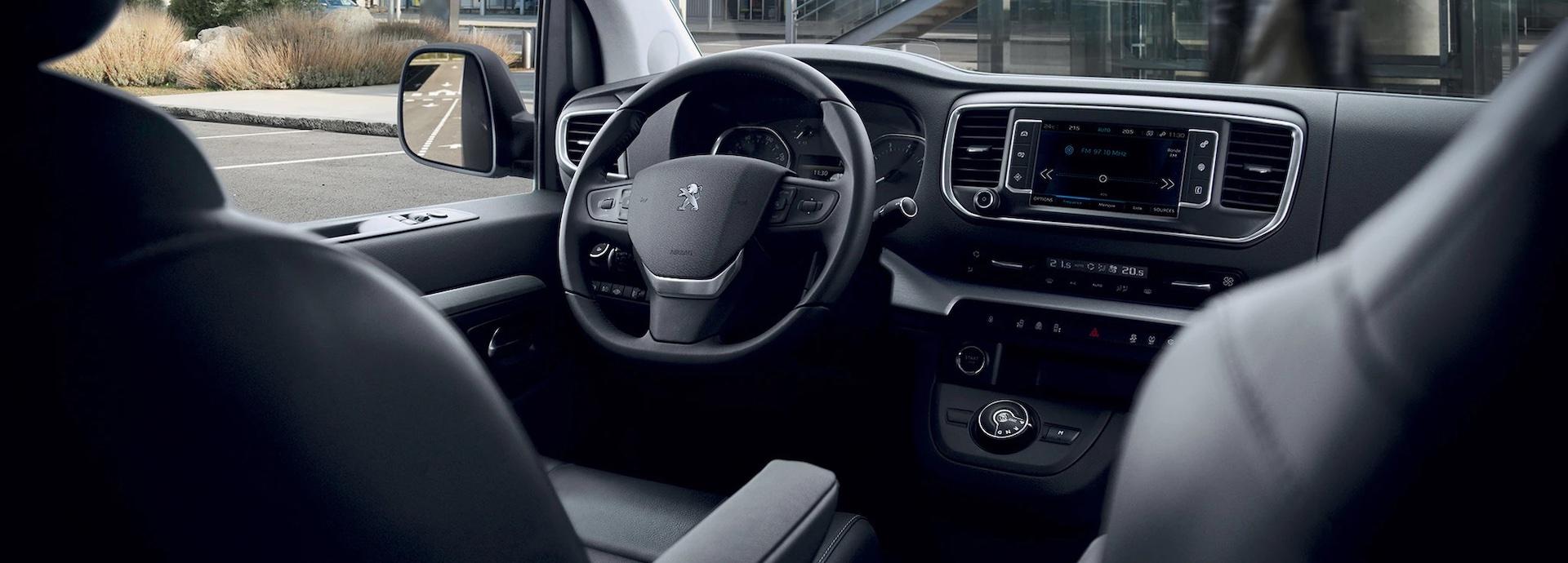 interior do Peugeot Traveller Business